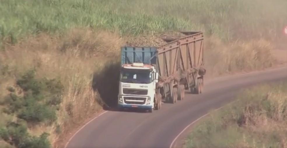 Caminhão trafega por rodovia com a lona na lateral do caminhão (Foto: Reprodução/TV TEM)