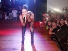 Beijinho no ombro: Valesca Popozuda faz coreografia ousada em show