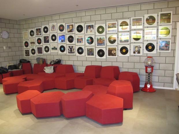 Área de lazer do escritório do Google em São Paulo tem lounge com sofás, discos e baleiro. (Foto: Amanda Demetrio/G1)