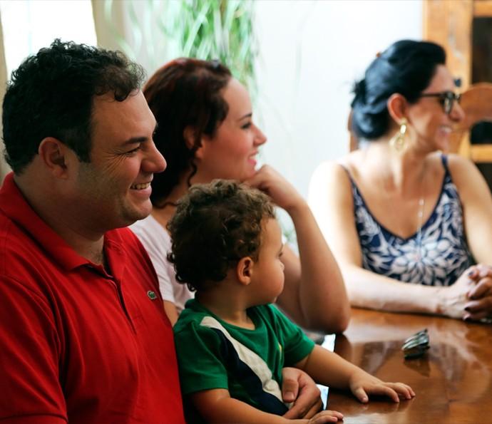 Cida, a irmã de Ana Paula por parte de pai e mãe, com o filho e o marido; à dir, a atual esposa do pai da sister (Foto: Larissa Moggi / Gshow)