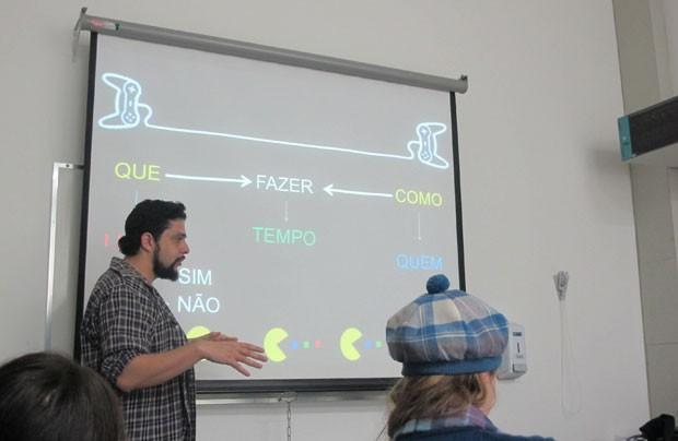 Tupy  ensina a criar um projeto de desenvolvimento de game aos alunos (Foto: Gustavo Petró/G1)
