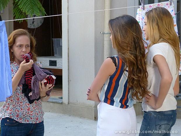 Sofia e Flaviana entregam as roupas de Meg para Vera lavar e ela sente cheiro de cigarro (Foto: Malhação / TV Globo)