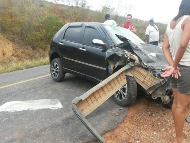 Carro bateu em outro veículo que estava estacionado no acostamento da rodovia (Foto: Lay Amorim/ Brumado Notícias)