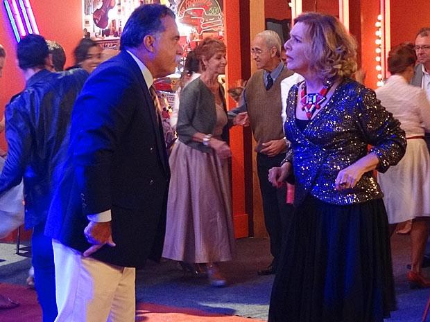 Os primos aproveitam para se enfrentar na pista de dança (Foto: Guerra dos Sexos / TV Globo)