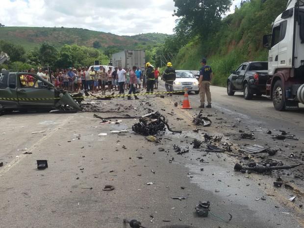 Acidente que deixou dois morto foi entre uma Carreta e um carro de passeio  (Foto: George Gonçalves / Inter Tv dos Vales )