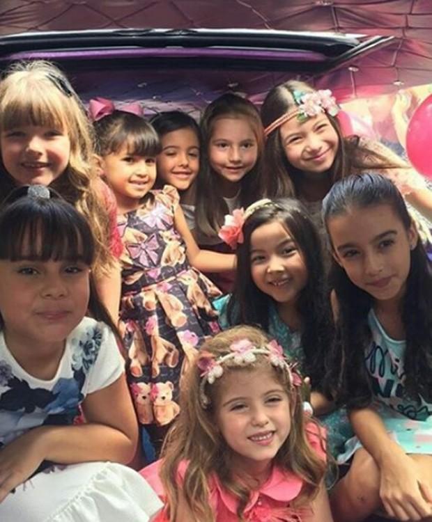 Lorena Queiroz com amigas em limousine (Foto: Reprodução/Instagram)