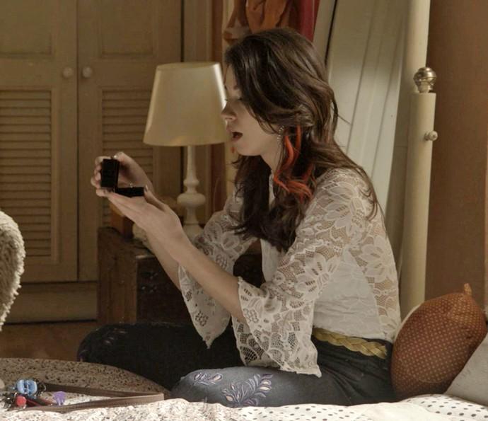 Carmela fica cho-ca-da ao ver aliança de Shirlei (Foto: TV Globo)