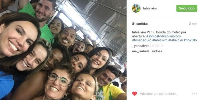 Jornalistas e atletas pegam ônibus juntos para a cerinônia (Foto: Reprodução / Instagram )