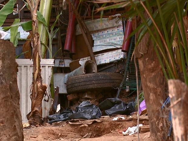 Desde terça-feira, equipes retiraram da casa nove caminhões de lixo (Foto: Eder Ribeiro/EPTV)
