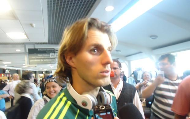 Henrique, no desembarque do Palmeiras nesta segunda (Foto: Rodrigo Faber/Globoesporte.com)
