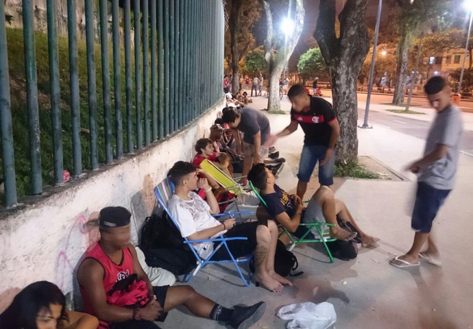 Torcedores se acomodam em cadeiras em fila no Maracanã (Foto: Caio Filho)
