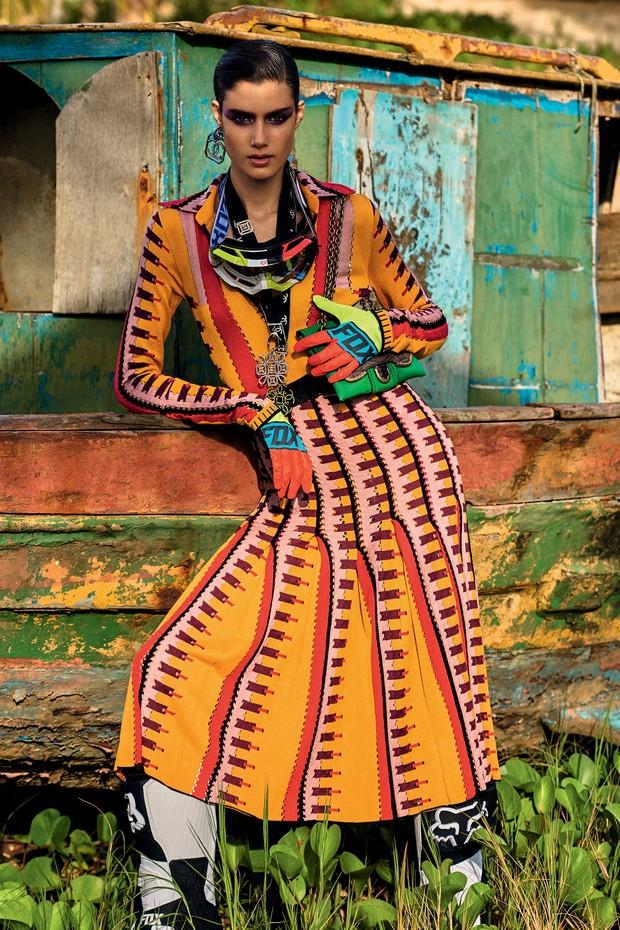 Vestido, cinto e bolsa, tudo Bottega Veneta. Brincos, a partir de R$ 2.120, e colares, a partir de R$ 3.250, tudo Chanel (Foto: Zee Nunes)