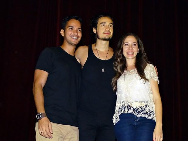 Após a surpresa, cantor tirou fotos com o casal (Foto: Roberto Strauss/Arquivo Pessoal)