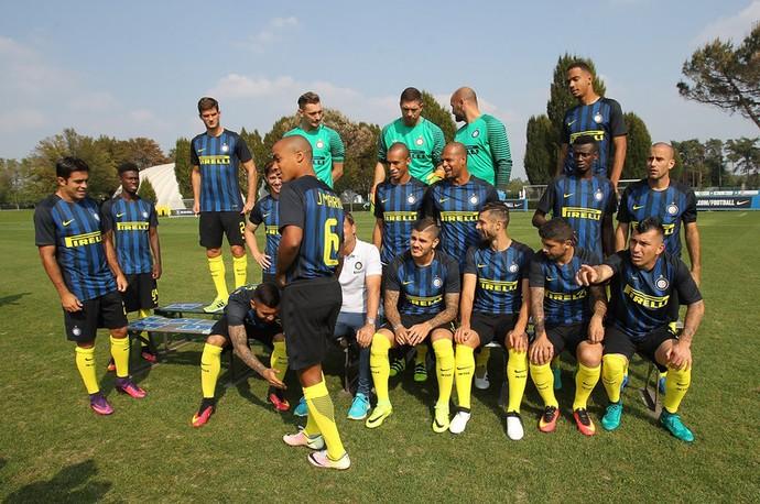 Abaixado, Gabigol brinca com a chegada de João Mário para a foto oficial do Internazionale (Foto: Reprodução do site oficial do Internazionale/Inter.it)