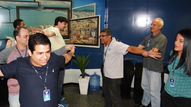 Funcionários da TV Tribuna praticam ginástica na emissora (Foto: TV Tribuna)