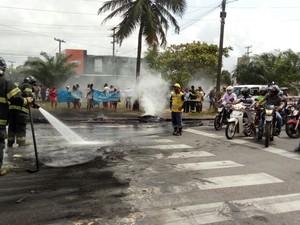 Bombeiros foram acionados para controlar o fogo na pista (Foto: Bruno Lafaiete/TV Globo/WhatsApp)