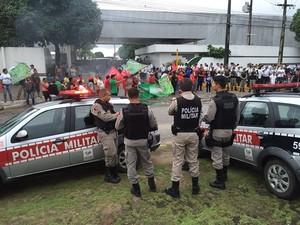 Manifestantes fecharam a entrada de uma das empresas de ônibus de transporte público em João Pessoa, nesta terça-feira (10) (Foto: Walter Paparazzo/G1)