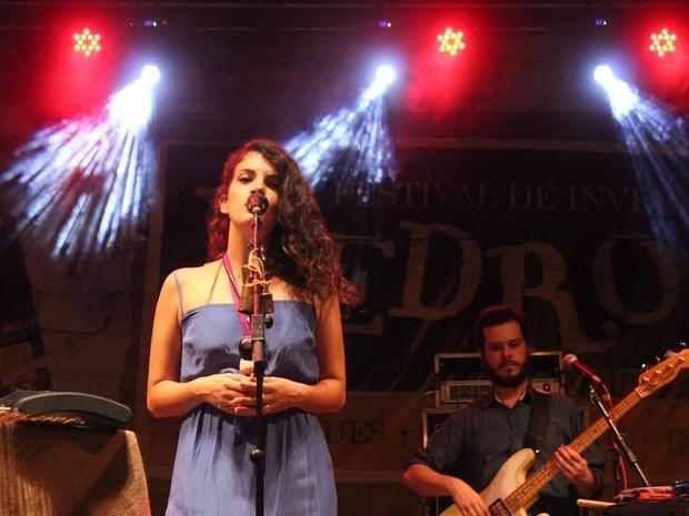 Cantora Céu interpretou canções conhecidas de seu público (Foto: Pedro Santiago/G1)