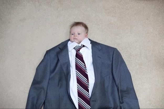 Bebê aparece de terno e gravata em foto (Foto: Reprodução)