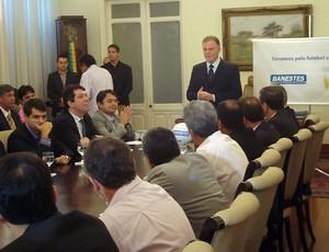 Governador do ES, Renato Casagrande, recebeu os clubes no palácio Anchieta (Foto: Deysiane Gagno/Rio Branco AC)