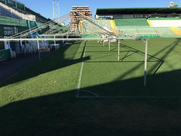 Estrutura para velório coletivo na Arena Condá continua a ser montada nesta quinta (1) (Foto: Diego Madruga/Globoesporte.com)