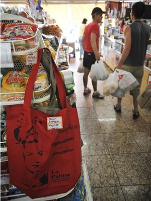 Em mercado de Brasília, fregueses preferem sacolas de plástico às de pano reutilizáveis, vendidas por R$ 10 (Foto: Fabio Rodrigues Pozzebom/ABr)