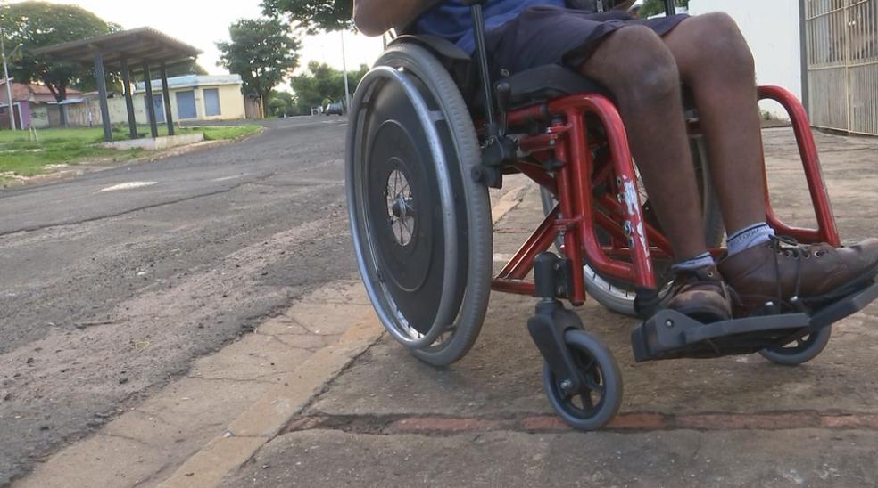 Calçadas fora do padrão dificultam a locomoção de cadeirantes  (Foto: Reprodução/TV TEM)