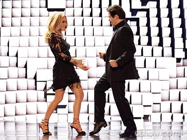 Jonas Marra entra dançando com sua esposa, Pamela, no palco do reality (Foto: Fábio Rocha / TV Globo)