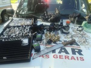 Parte da mercadoria roubada foi recuperada pelos policiais (Foto: PM/Divulgação)