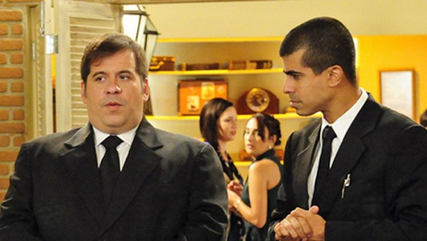 Pedrão perde a memória e Jorginho tenta ajudar em Os Caras de Pau deste sábado, dia 28 (Foto: Globo)