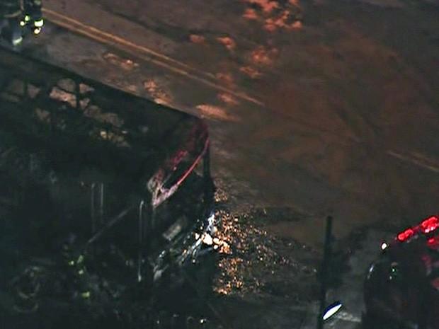 Ônibus foi atacado por um grupo de vândalos na Estrada Turística do Jaraguá (Foto: Reprodução/TV Globo)