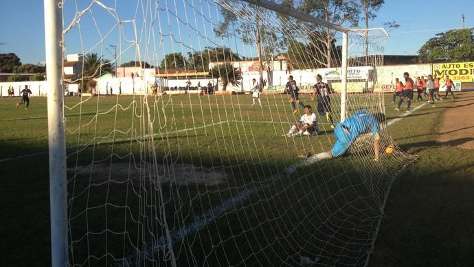 Goleiro Everton do Interporto pega a bola no segundo gol do Remo   (Foto: Marcos Martins/GloboEsporte.com)