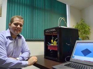 Felipe Alcarde Rodrigues busca popularizar a impressora 3D (Foto: Leon Botão/G1)