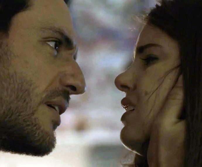 Angel se lamenta com Alex sobre o fim do namoro com Guilherme (Foto: TV Globo)