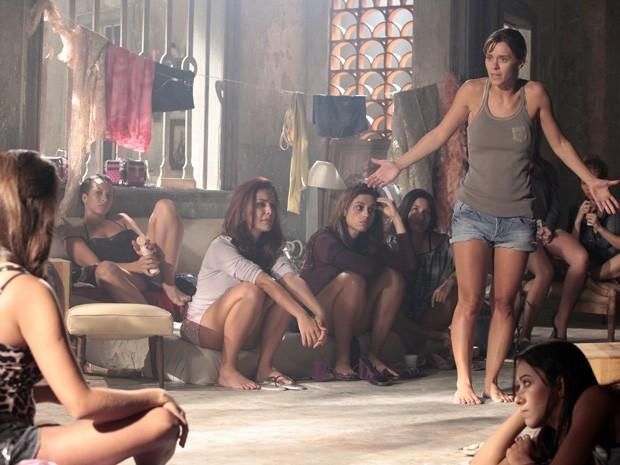 Jéssica decide incendiar alojamento (Foto: Salve Jorge / TV Globo)