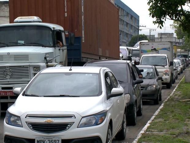Manisfestantes fecharam o sentido de Vitória para Vila Velha. (Foto: Reprodução TV Gazeta com informações do G1)