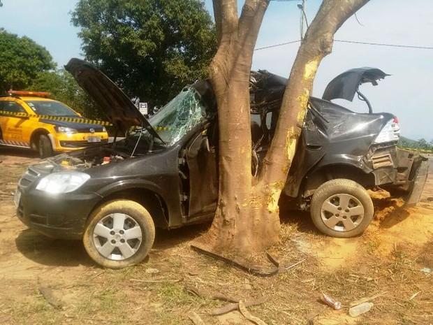 Carro colidiu contra árvore no bairro da Tapera, em Campos (Foto: Filipe Lemos/Campos 24 horas)