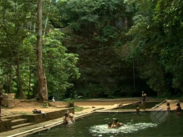Visitantes podem mergulhar nas piscinas naturais da água canalizada de uma fonte. Brasil Novo sírio Xingu (Foto: Reprodução/TV Liberal)