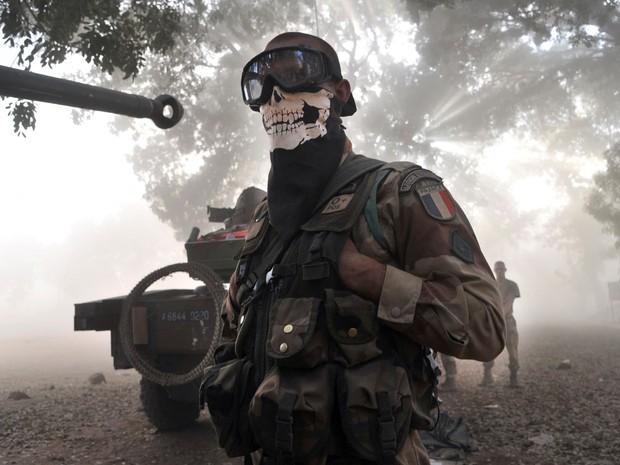 Soldado francês usa uma máscara em uma rua em Niono, Mali. A França enviou soldados para o Mali e seus caças bombardearam colunas e bases rebeldes, parando o avanço dos islamitas.  (Foto: Issouf Sanogo/AFP)