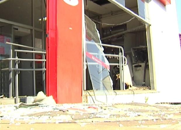 Agência bancária ficou com as portas e caixas danificados (Foto: Reprodução / TV Tem)