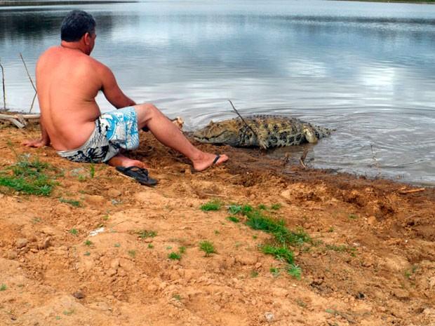Homem mantém amizade com jacaré há 20 anos na Bahia (Foto: Altier Souza/www.destaquebahia.com.br)