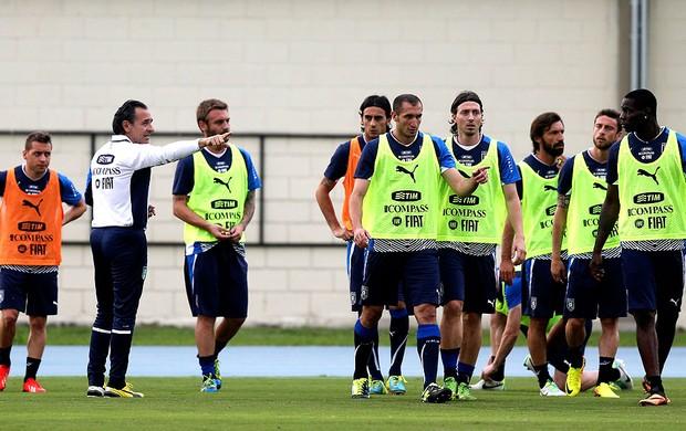 Cesare Prandelli jogadores treino Itália (Foto: EFE)