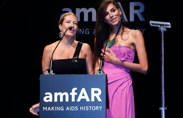 Donata Meirelles e Lea T no amfAR São Paulo 2017 (Foto: Vivian Fernandez/Getty Images for amfAR)