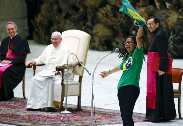 Jovem acena para a plateia durante o encontro com o Papa' (Foto: Tony Gentile/Reuters)