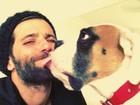 Bruno Gagliasso se diverte com cachorro: 'Beijo na boca do papai'