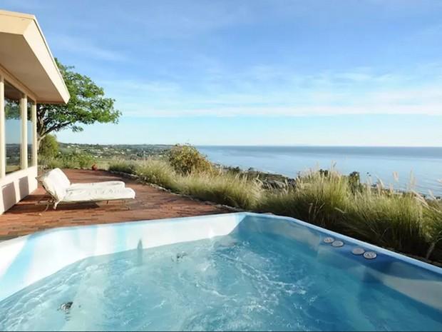 A casa situada no alto de uma colina em Malibu já pertenceu ao ator americano Denzel Washington e também já foi morada do guitarrista inglês Jimmy Page (Foto: Reprodução/Airbnb)