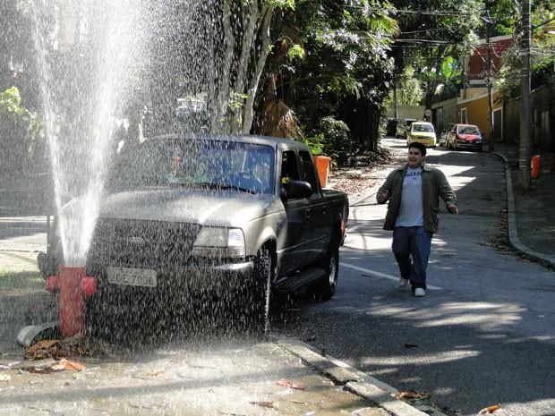 Mocotó vai se meter na maior confusão e causar um acidente por causa de loiraça (Foto: Malhação / Tv Globo)