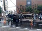 Acidente em Sousas deixa poste pendurado e interdita avenida
