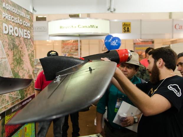 Manoel Neto demonstra drone Batmap na Agrishow, em Ribeirão Preto, SP (Foto: Érico Andrade/G1)