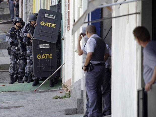 Gate negocia rendição de homem que baleou três na Liberdade (Foto: Edno Luan/ Futura Press/AE)